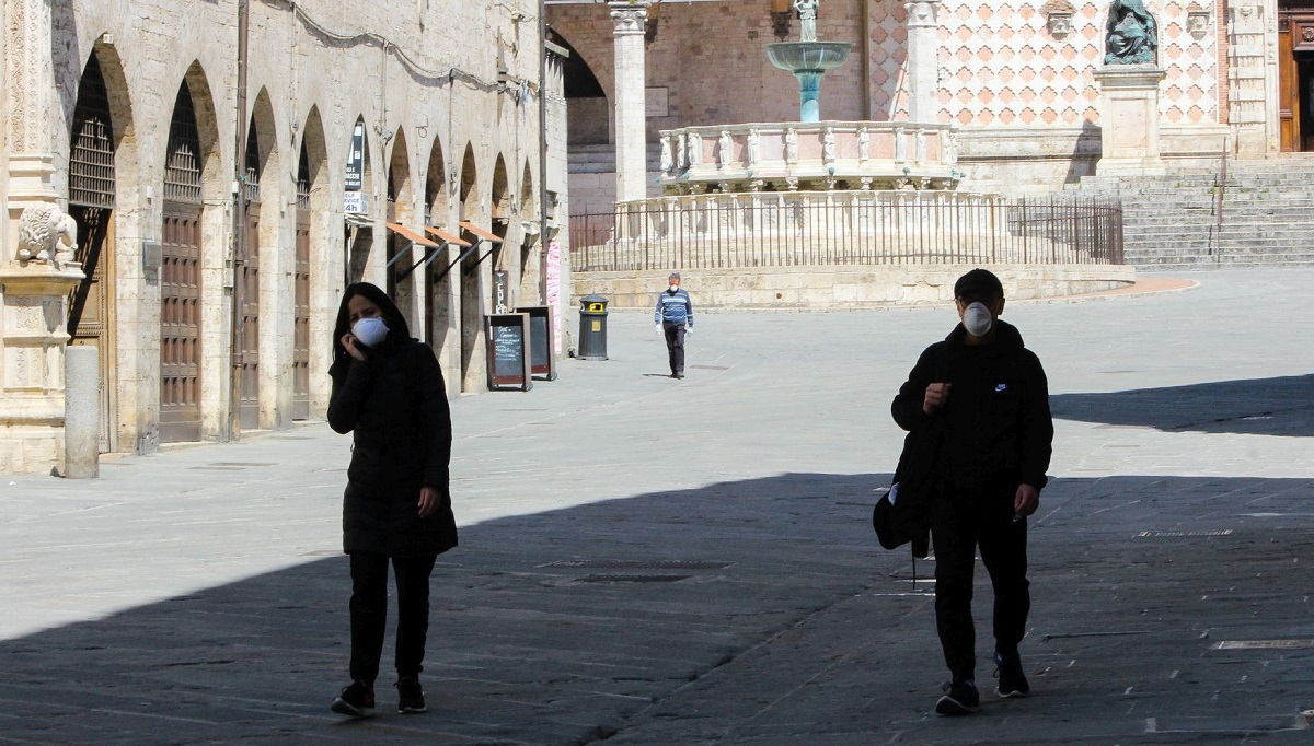Doi oameni pe o stradă din Perugia