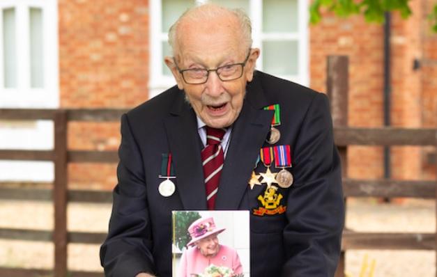 Tom Moore a împlinit 100 de ani. A fost felicitat de regina Angliei. Cum a ajuns să strângă 34 de milioane de euro din donații