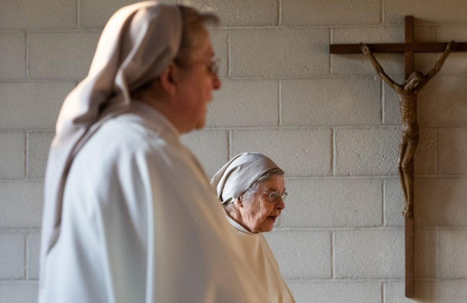 """Ce se întâmplă cu călugărițele din cea mai afectată parte a lumii. Unele dintre ele sunt """"în izolare"""" de mai bine de 30 de ani"""