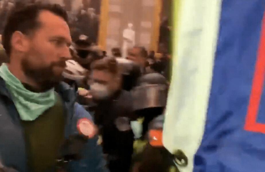 """Un """"aur"""" olimpic, """"frate"""" cu Michael Phelps, a participat la proteste cu jacheta olimpică pe el!"""