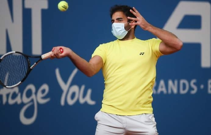 Un neamț a jucat tenis două ore cu masca pe față