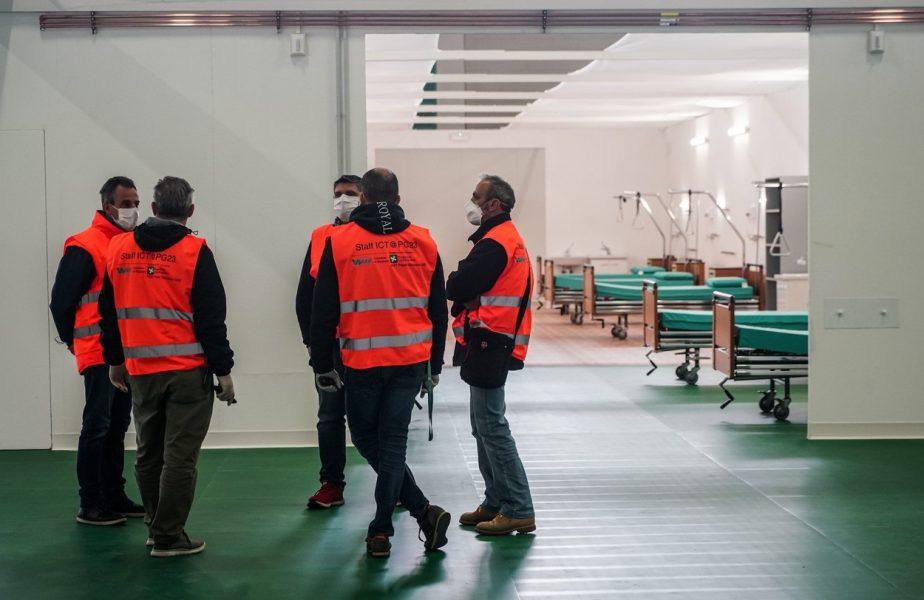Angajaţi ambulanţă, pe holurile spitalului