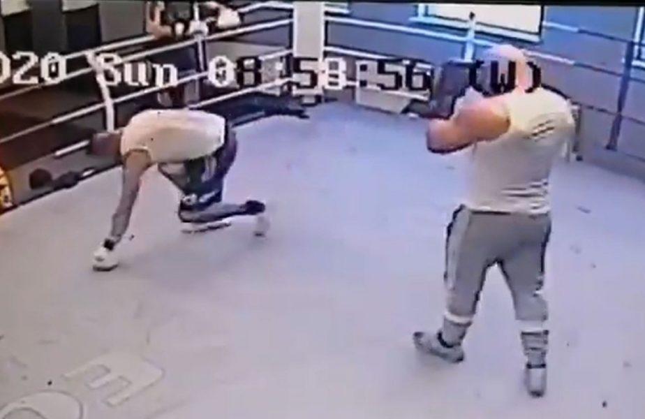 Un fost campion mondial la box l-a făcut KO pe bully-ul său în doar câteva secunde! VIDEO