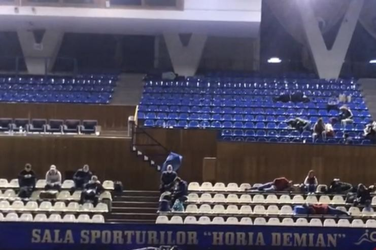 """Români ținuți fără mâncare și dezinfectanți în Sala Sporturilor din Cluj: """"E groaznic ce am trăit"""""""