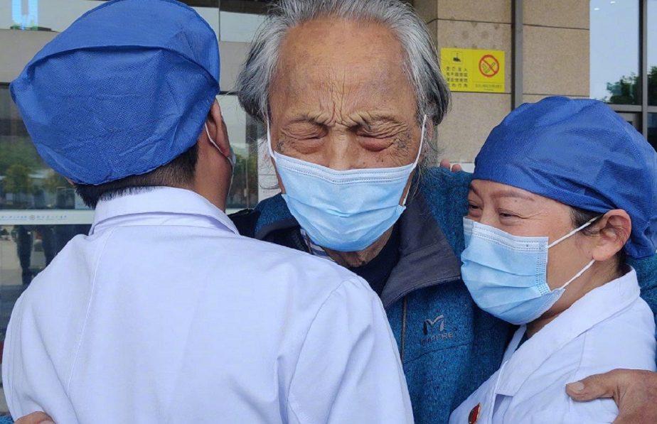 """China se vindecă de coronavirus! Bătrânul de 87 de ani, scos să vadă """"ultimul apus"""", a fost externat"""