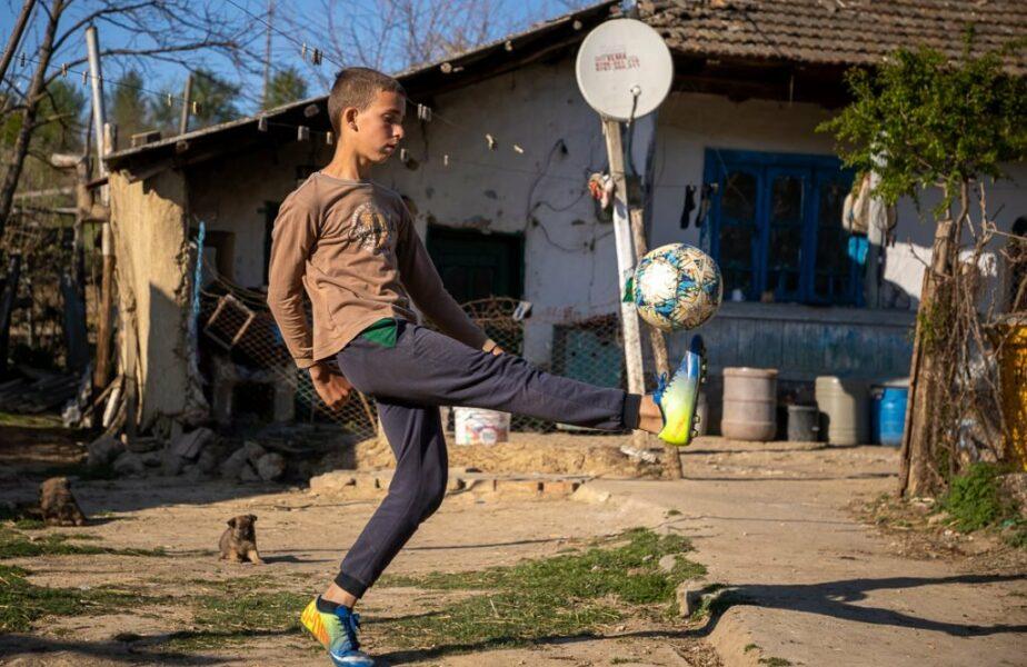 Povestea impresionantă a băiatului de 14 ani care își ajută tatăl să aibă grijă de oi și visa să ajungă ca Ianis Hagi