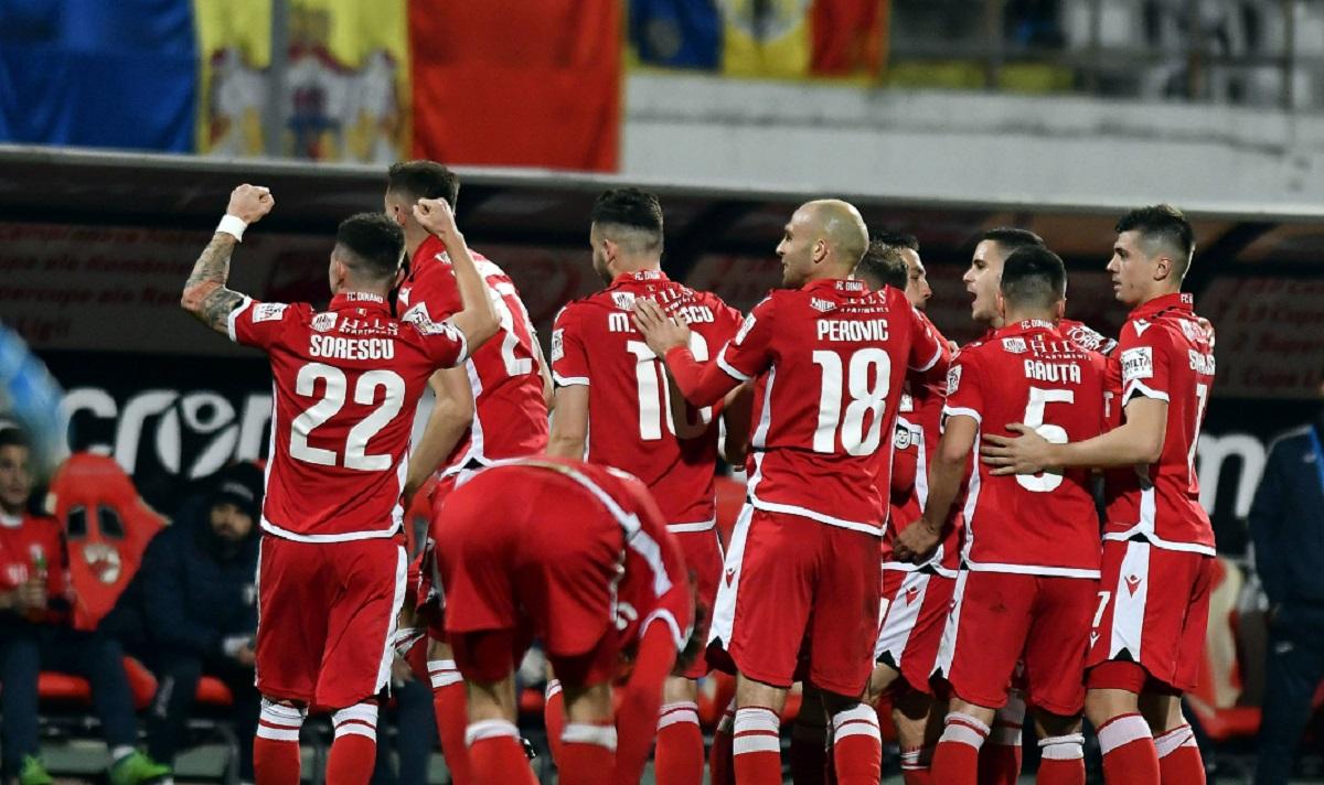 Jucătorii lui Dinamo se bucură după un gol