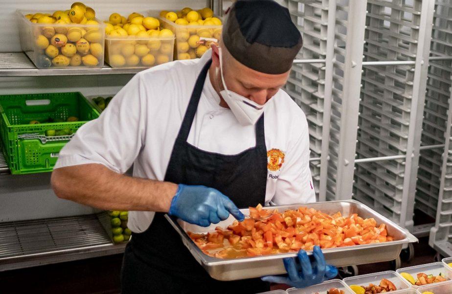 """Ajutor de la """"diavoli"""". Manchester United pregătește 60.000 de porții de mâncare pentru medici"""