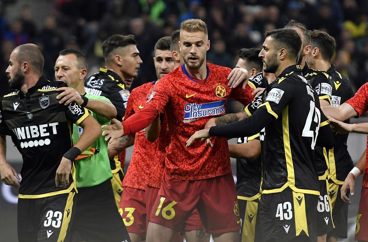 Jucătorii lui Dinamo, în timpul unei altercații cu rivalii de la FCSB