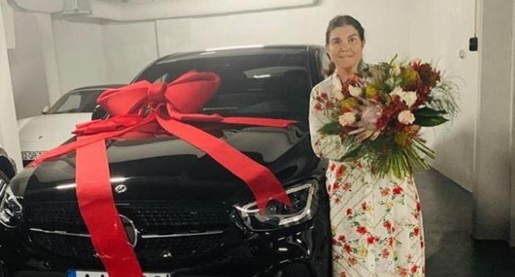 Femeia de 65 de ani care a trecut peste un atac vascular cerebral și a primit un cadou de 100.000 de euro de la fiul ei
