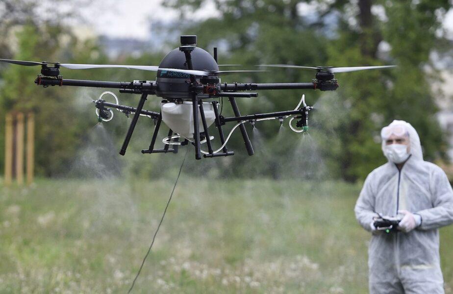 Dronă manevrată de un bărbat