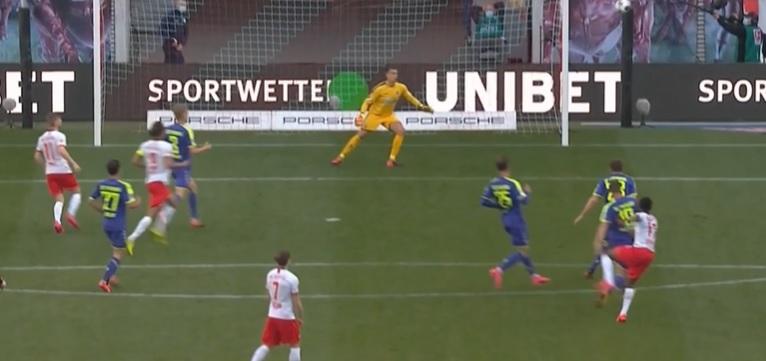 VIDEO | Imaginile zilei în Bundesliga! I-au zburat căștile de pe cap. Reacția genială a comentatorului