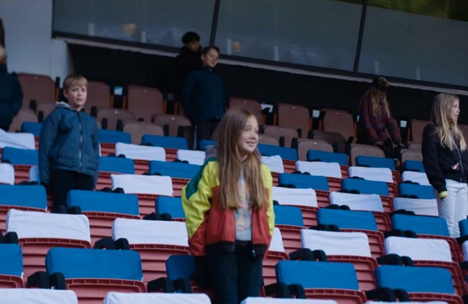 Stadionul care a devenit școală pe durata pandemiei. 200 de copii învață pe arena de 38.000 de locuri!
