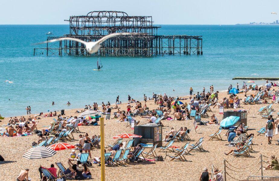"""Au invadat plajele şi nu mai ţin cont de restricţii! Oamenii de ştiinţă trag un semnal de alarmă: """"E mult prea devreme!"""""""