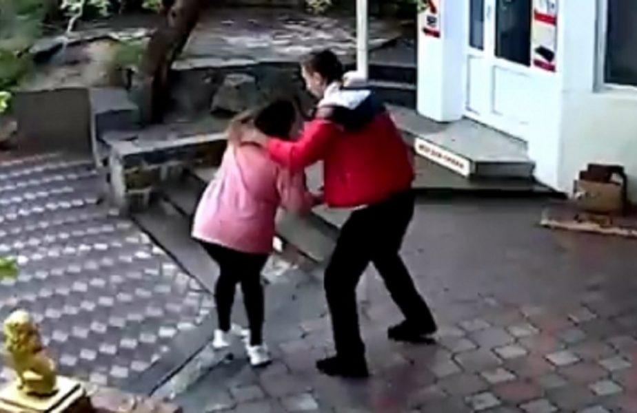 Imagini incredibile! O vânzătoare a fost bătută de un antrenor de MMA pentru că nu l-a lăsat în magazin fără mască