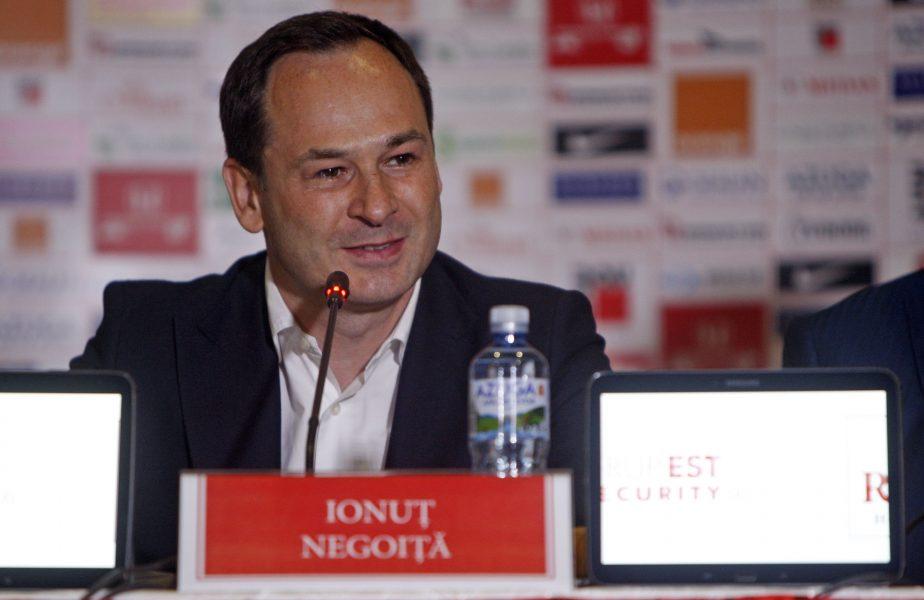 Ionuţ Negoiţă, în timpul unei conferinţe de presă