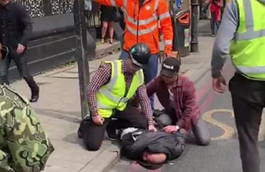 Scene desprinse din K1! Doi muncitori l-au imobilizat pe un cuțitar care înjunghiase un om