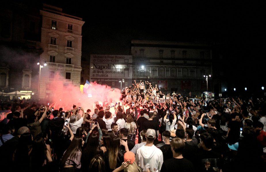 VIDEO | Au dat foc la oraş. Mii de fani ai lui Napoli nu au mai ţinut cont de pandemie şi au sărbătorit pe străzi succesul din finala Cupei Italiei