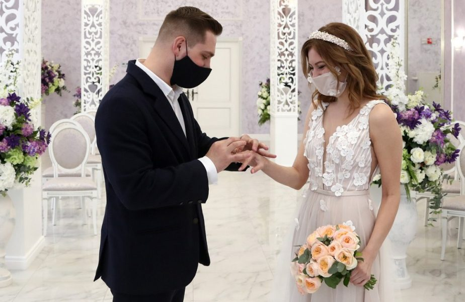 Reguli noi pentru oficializarea nunţilor pe durata pandemiei. Mirii trebuie să se spele pe mâini înainte şi după ce îşi pun verghetele!