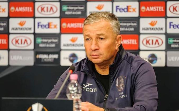 Dan Petrescu, în timpul unei conferințe de presă
