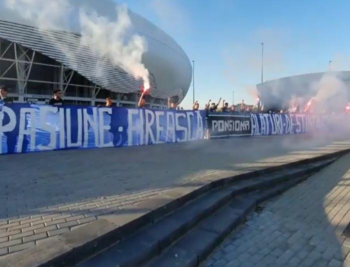 VIDEO | Craiova fierbe în aşteptarea derby-ului cu FCSB! Ultraşii au aprins torţe şi au transmis mesaje de încurajare din faţa stadionului