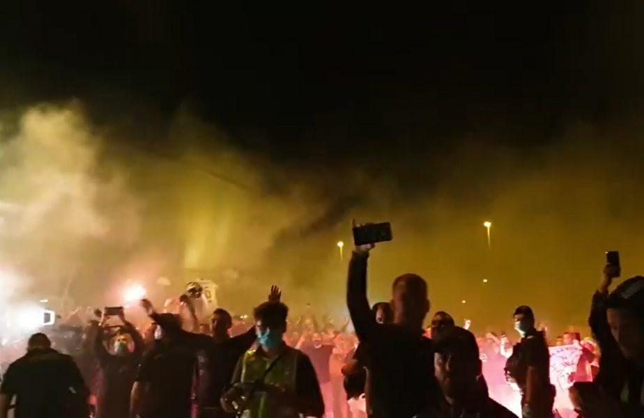 VIDEO | Sărbătoare în Bănie! Petrecere cu torţe şi cântece de titlu. Jucătorii au uitat de pandemie şi s-au bucurat alături de fani!