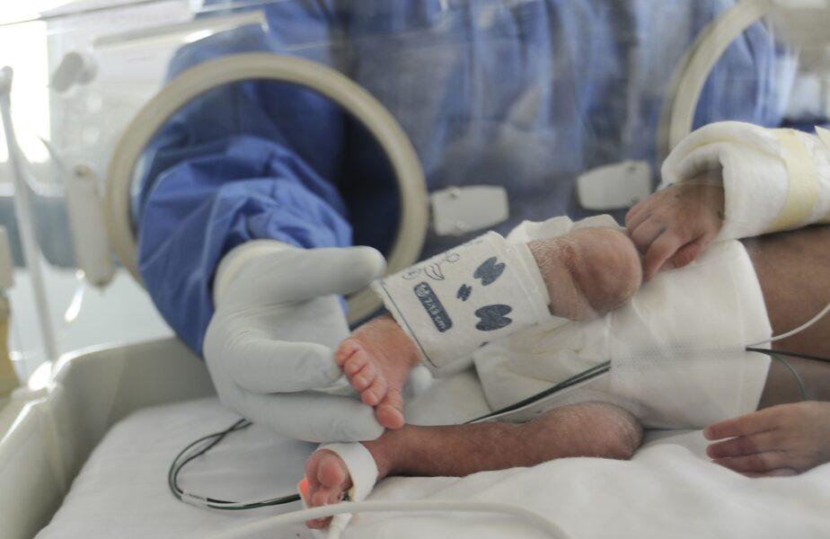Doctorii consideră asta o minune! Bebeluşul născut prematur, cântărind doar 500 de grame, a scăpat de coronavirus