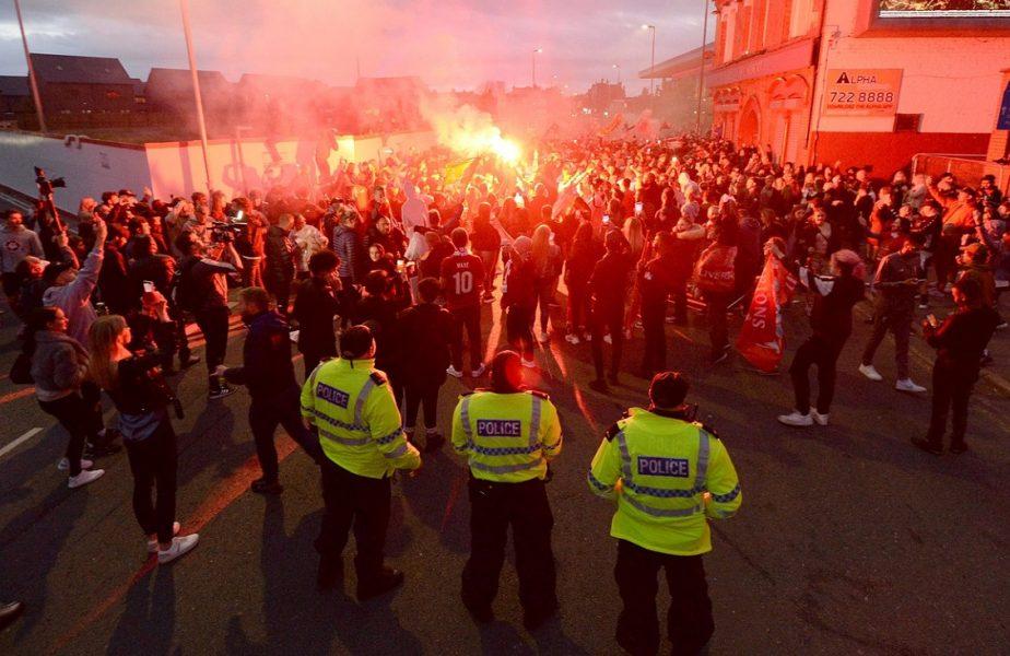 Pandemia nu i-a speriat, poliţia i-a arestat. Nouă fani ai lui Liverpool, reţinuţi după ce au sărbătorit în stradă!
