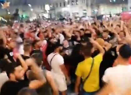 Au fost anunţate alte 1.075 de cazuri de Covid-19, dar la Arad sute de oameni au ieşit pe străzi şi au ignorat distanţarea socială