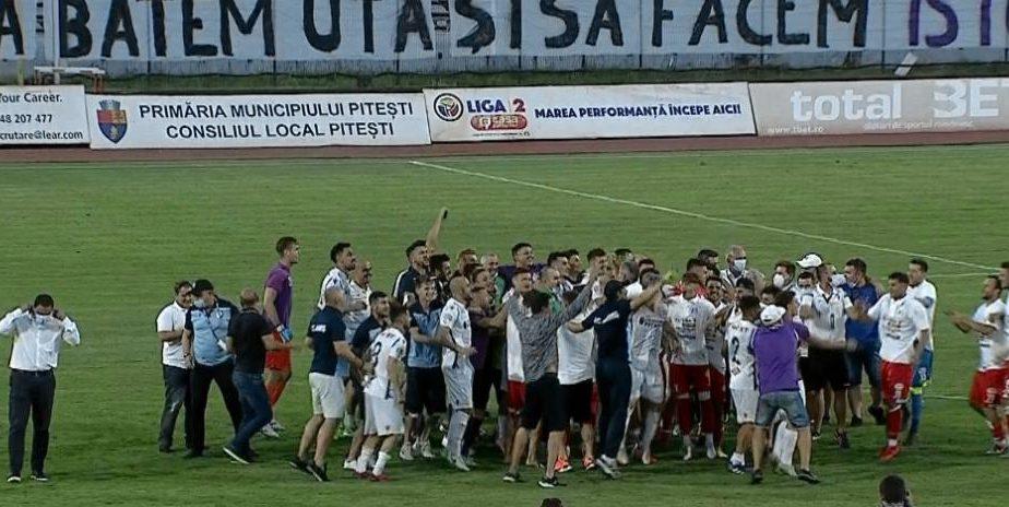 Frați pe viață! Imagini senzaționale la Pitești. Jucătorii de la FC Argeș și UTA au sărbătorit împreună promovarea