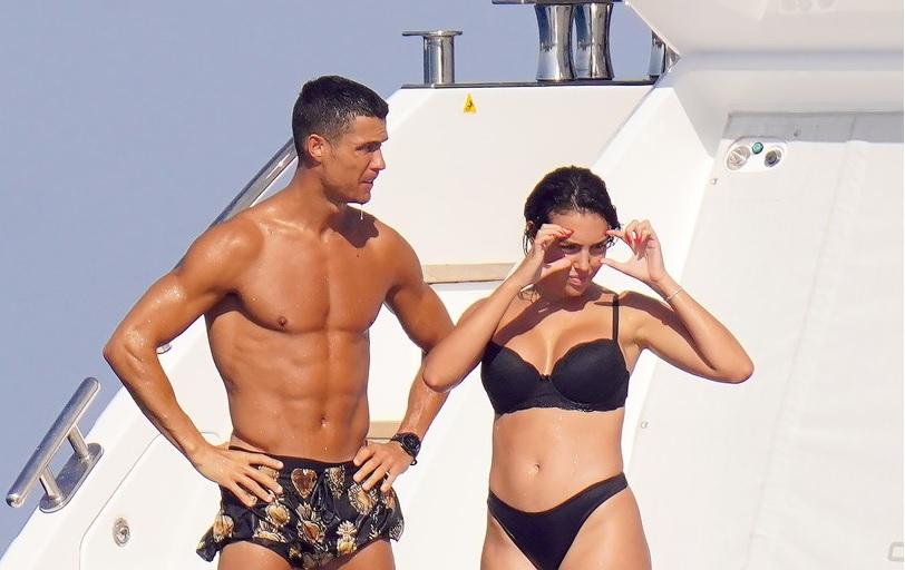GALERIE FOTO | Iubita lui Cristiano Ronaldo atrage toate privirile! Cum a apărut Georgina Rodriguez pe iahtul de milioane de lire al portughezului