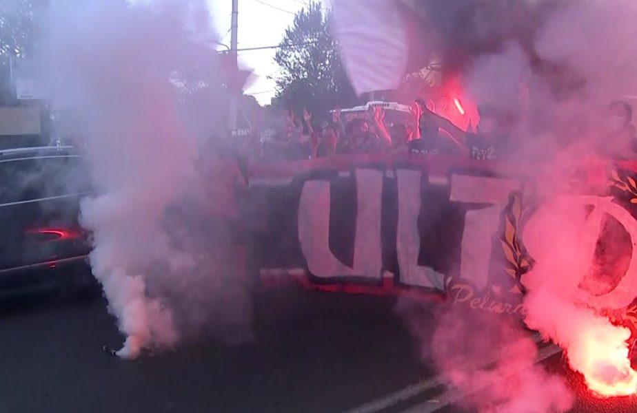 Imagini senzaţionale la Arena Naţională! Jucătorii de la Dinamo, aşteptaţi cu torţe şi fumigene de fani! Mulţescu, aclamat de ultraşi