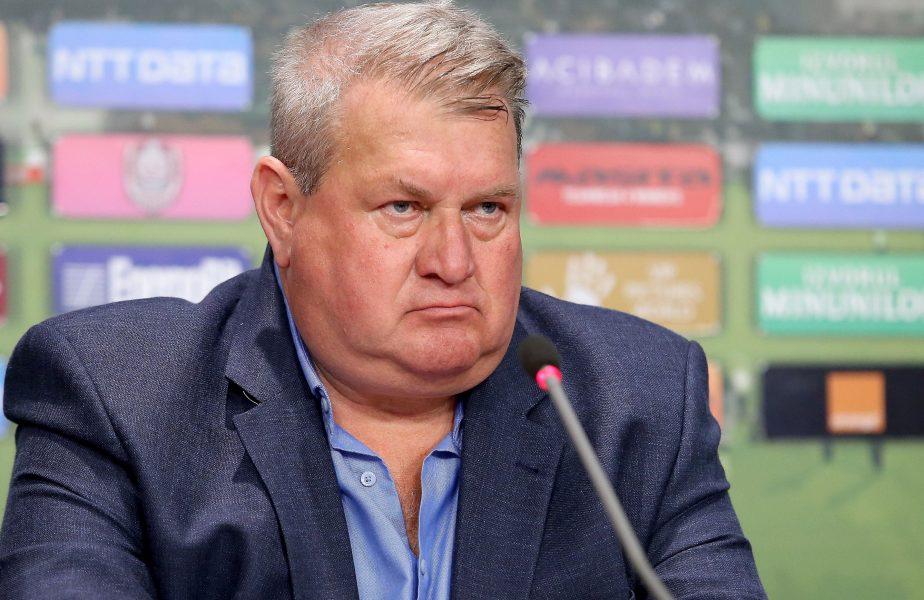 Iuliu Mureşan în timpul unei conferinţe de presă