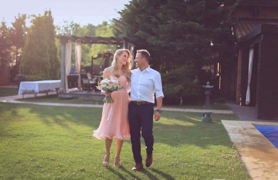 Omul care-i face puternici pe Man şi Coman şi-a amânat nunta şi o chinuie cu antrenamentele pe soţia sa. Imagini exclusive la ştirile AntenaSport, de la 19:55