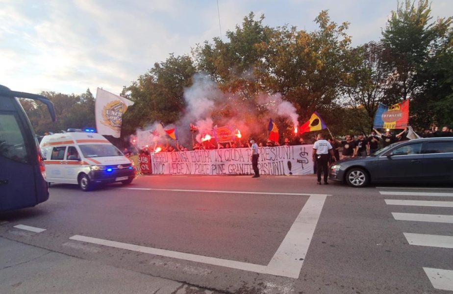 FOTO şi VIDEO | Tricolorii, aşteptaţi cu mesaje emoţionante în vestiar! Fanii i-au întâmpinat la plecarea de la Mogoşoaia