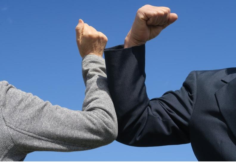 OMS vrea să interzică salutul cu cotul! Cum arată noul salut pe timp de pandemie