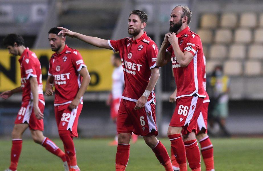 Jucătorii lui Dinamo sărbătoresc marcarea unui gol