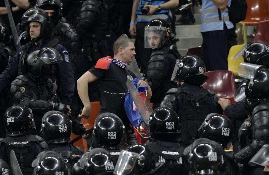 VIDEO | Ultraşii Peluzei Sud Steaua, bătuți crunt de jandarmi la metrou! Forțele de ordine au blocat trenul în stație