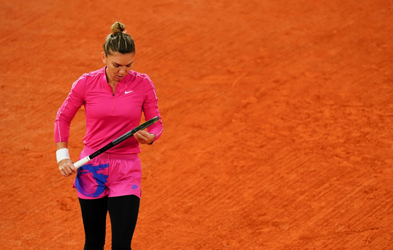 """INCREDIBIL! Simona Halep a fost eliminată în """"optimile"""" de la Roland Garros. A câştigat numai trei game-uri în meciul cu Iga Swiatek!"""