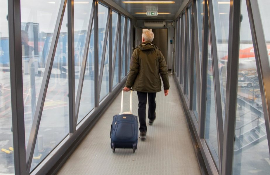 """Zeci de români sunt nevoiţi să respecte restricţiile dure impuse de o ţară europeană: """"Vom merge direct la hotel, de la aeroport"""""""