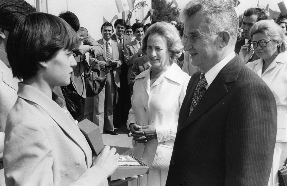 """Poveste fabuloasă cu Elena Ceaușescu: """"Era o femeie cu batic în cap, rezemată de perete: 'Măi, flăcău, unde te grăbești așa? Ia vino'!"""""""