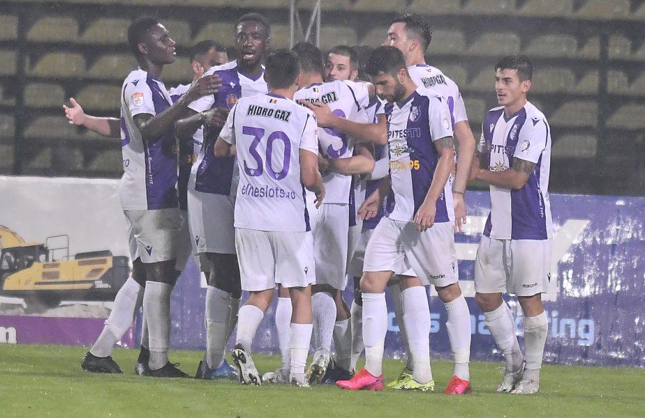Jucătorii lui FC Argeș se bucură după gol