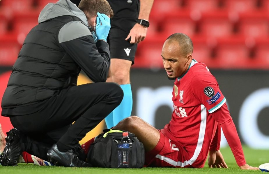 Fabinho, jucătorul lui Liverpool, căzut pe teren în meciul cu Midjylland. El nu a mai putut continua partida și a fost schimbat cu Rhys Williams