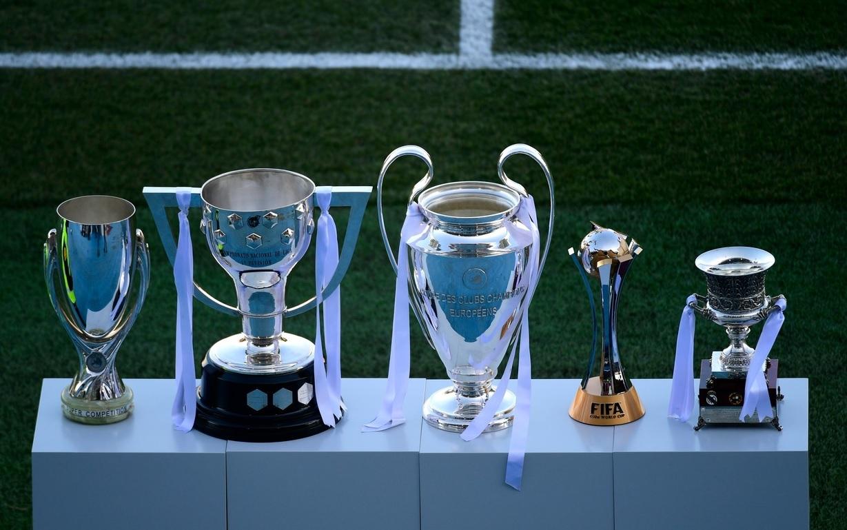 Trofeul La Liga, Cupa Spaniei, UEFA Champions League, Supercupa Europei și Campionatul Mondial al Cluburilor câștigate de Real Madrid în 2017