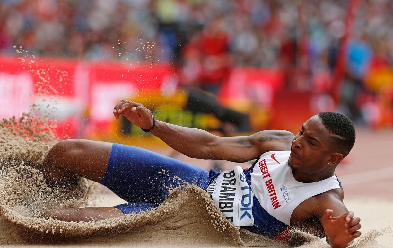 Daniel Bramble, atletul britanic, aterizează în nisip după o săritură