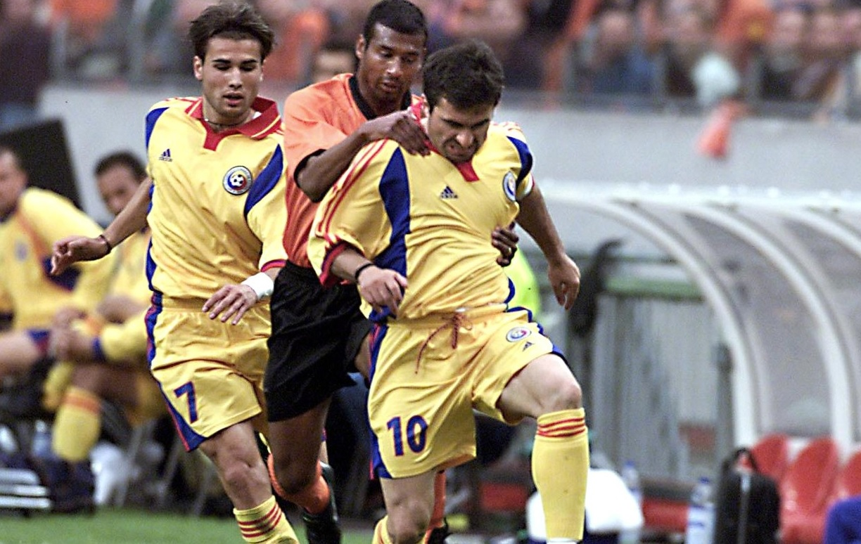 Adrian Mutu și Gheorghe Hagi în timpul unui meci al naționalei României cu Olanda, în anul 2000