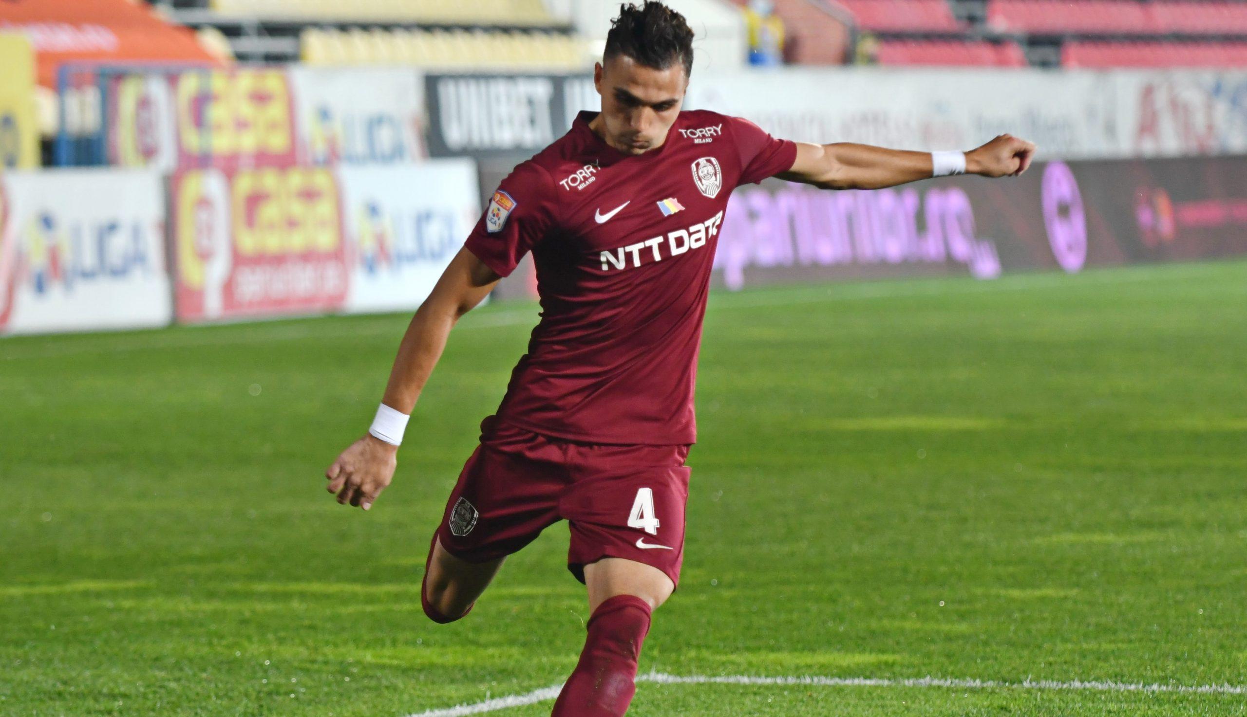 Cristi Manea lovește mingea în timpul unui meci dintre CFR Cluj și Voluntari