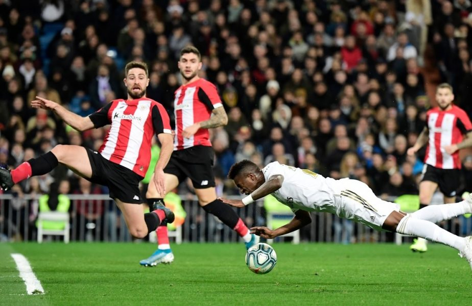 Vinicius se aruncă după minge în timpul unui meci dintre Athletic Bilbao și Real Madrid