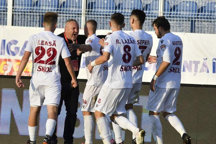 Jucătorii Rapidului se bucură după marcarea unui gol
