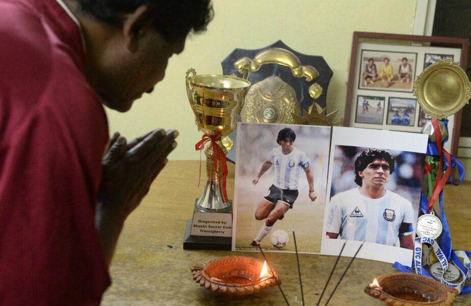 Un fan se roagă după moartea lui Diego Maradona